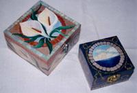 scatoline di legno con dipinti fiori e mare